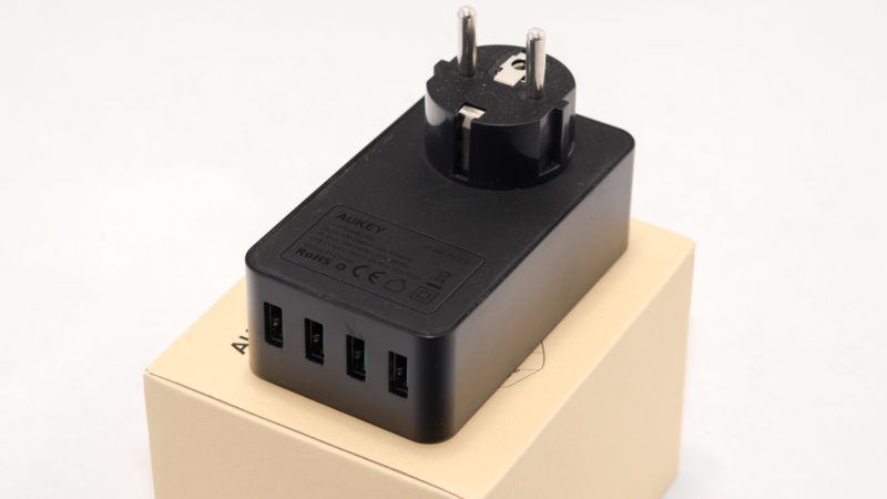 aukey-usb-ladegeraetes-mit-4-usb-ports-und-einer-steckdose-4