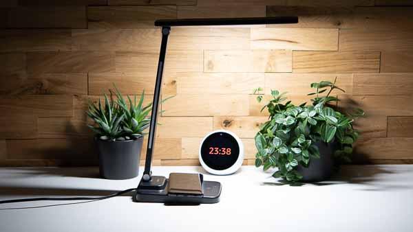 Die AUKEY LT-ST36 Schreibtischlampe mit Qi-Ladestation im Test
