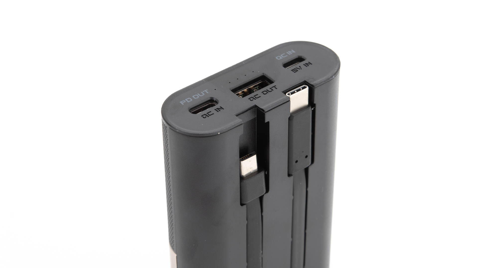 Auf der Rückseite der Powerbank sind zwei Kabel fest integriert Ein microUSB Kabel mit der Option auf einen Lightning Adapter liegt