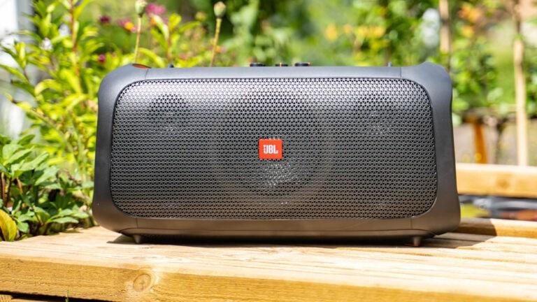Test: JBL PartyBox On-The-Go, Bluetooth Lautsprecher mit Mikrofon und Gitarren Eingang